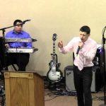 Predicador Esly Fuentes predicando en St. Joseph M.O